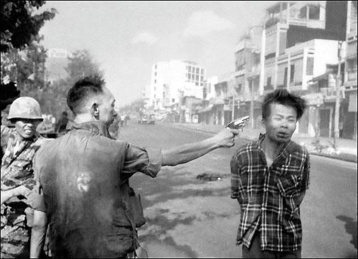General Nguyen mantem sua arma apontada para a cabeça de um prisioneiro Viet Cong. Essa foi a primeira vez que a televisao mostrou a morte ao vivo