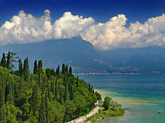 lago di garda (heavenuphere) Tags: blue trees sky italy lake mountains topf25 water clouds landscape topf50 topf75 italia topf150 topf100 sirmione lakegarda lagodigarda