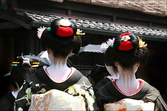S A N B O N A S H I : Hassaku (mboogiedown) Tags: travel summer girl beauty japan asian japanese kyoto asia traditional culture august maiko geiko geisha gion tradition hairstyle kansai cultural hassaku wareshinobu kobu discoverkyoto sanbonashi kuromontsuki kankodome