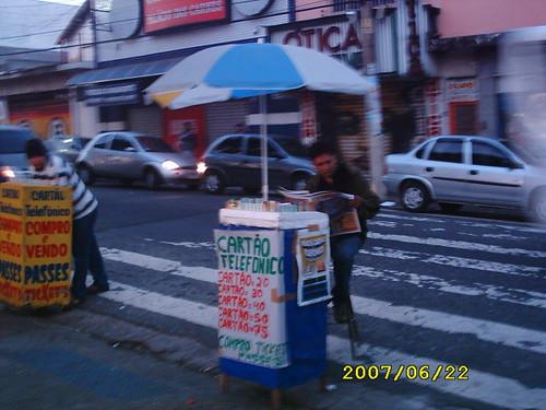 Ambulante lê o GIRO SP com gosto, na primeira hora do dia.