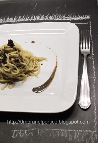 Spaghetti con crema di cipolla, caffé e anice stellato