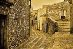 Erice (kikkedikikka) Tags: nikon italia montagna borgo architettura sicilia paesaggio collina erice trapani d40 nikond40 bellitalia platinumheartaward rgspaesaggio rgscastelli rgsnatura rgsscorci