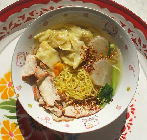 מרק עם גזר לבן, אטריות חיטה, כיסוני בשר חזיר וברוקולי תאי (קאנה)