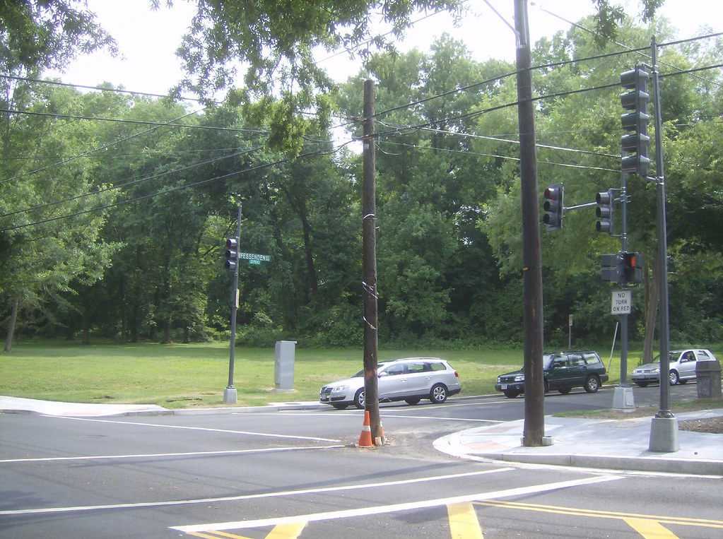 Cheh Pole: Utility Pole in Intersection