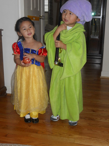 10-31  Snow White and Dopey posing for the papparazzi