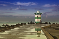 Zuider Havenhoofd (Pieter Musterd) Tags: haven holland port photoshop canon eos groen raw fishermen harbour scheveningen nederland thenetherlands denhaag 5d hafen thehague cs4 vissers sgravenhage havenhoofd canoneos5dmarkii pietermusterd hofstijl colorefexpro30 photoshopcs4 5dmarkii flikkah