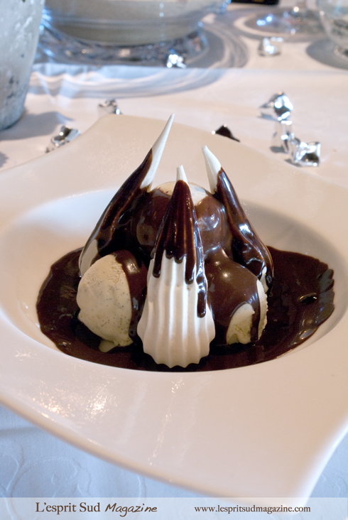 Meringue and vanilla ice cream napped with a warm chocolate sauce (La meringue glacée à la vanille et chocolat chaud)