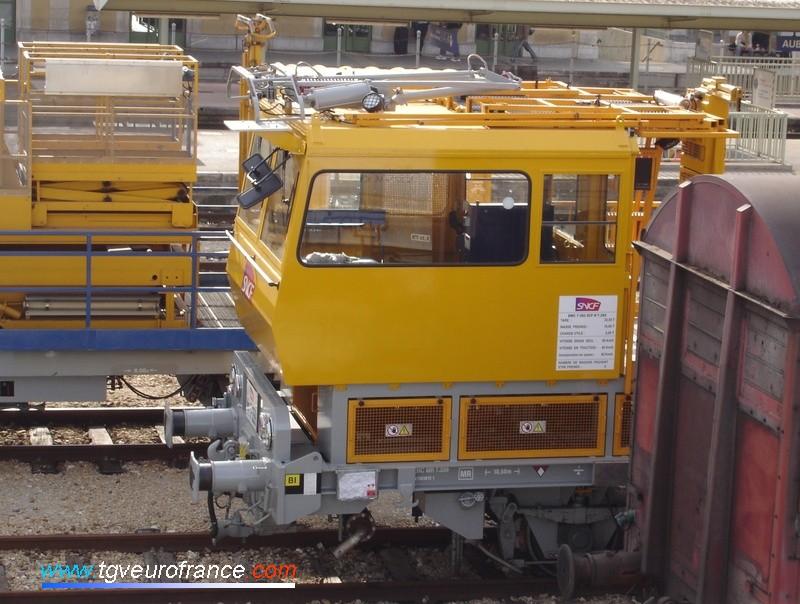 Vue de la cabine de l'engin de maintenance caténaires  rénové dans les ateliers SNCF de Brive