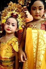 boneka (Farl) Tags: flowers girls bali yellow indonesia gold costume dolls prada balinese headresses sukawati boneka serioussmiles meped ngusabe