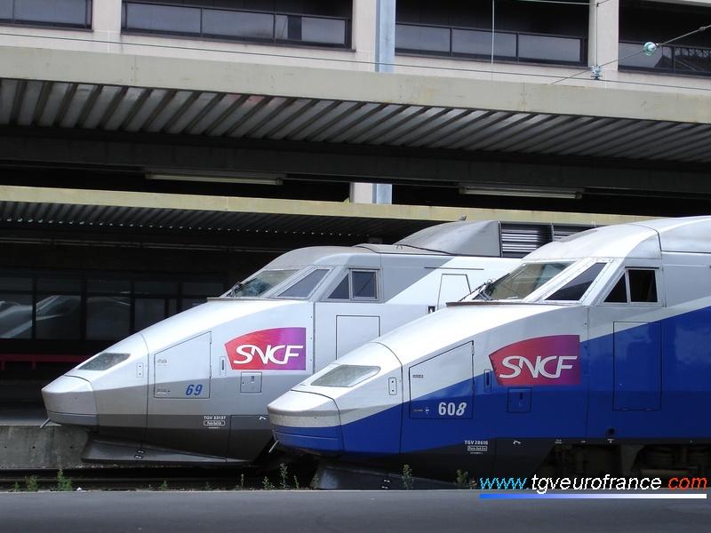 Vue de profil de deux motrices TGV à Paris Gare de Lyon le 14 août 2007