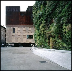 es/madrid/caixa forum/02 (Hagen Stier) Tags: madrid hasselblad architect caixa hdm herzog demeuron architekt swc caixaforum pierredemeuron jacquesherzog
