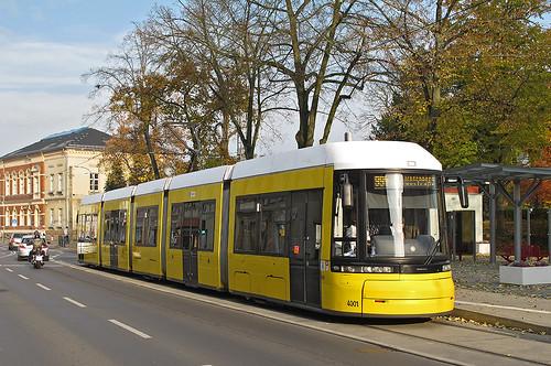Etwas ungewohnt wirkt ein Zug mit BVG-Farbgebung so