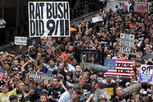 Wearechange.org arrangerer årlig demonstrasjoner ved Ground Zero. Det forventes flere tusen oppmøtte i år, 1 av 3 amerikanere mener regjeringen stod bak angrepene. Så kyss meg i ræva Siv Jensen, det er ikke bare imamer som mener dette!