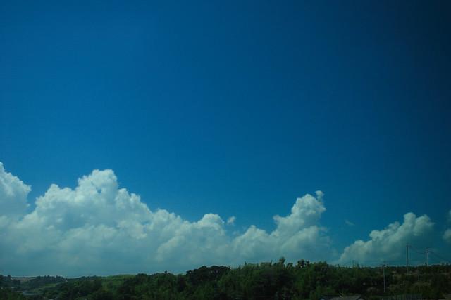 車窓の夏雲