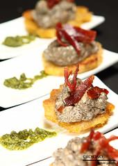 Platano frito con solomillo de cerdo y salsa de tropetas de los muertos