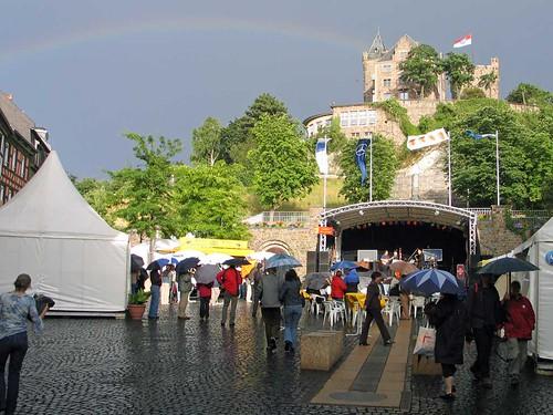 Regenbogen über Burg Klopp