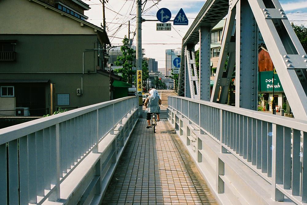 小橋を自転車で渡る