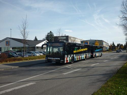 Ein Göppel-Maxitrain (Solobus mit Trailer) der infra Fürth ist am 04.11.2010 auf Testfahrt auf der Linie 60 südlich der Haltestelle Franz-Sperr-Weg Richtung OEZ unterwegs.