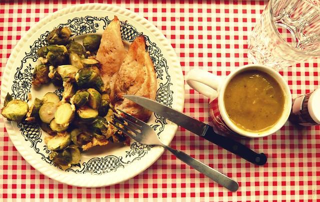 pollo al horno con repollitos de Bruselas gratinados