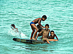Kids having fun at the sea (Henrique Vicente) Tags: wood praia beach gua kids fun waves diverso saturation alegria splash ondas maragogi alagoas