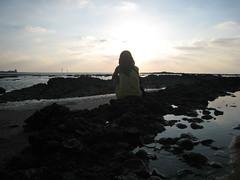 aPReNDí.. (RoOoOo!!!) Tags: sea como sol beach contraluz atardecer mar agua barco o yo nubes verano soledad petri castillo xd rocas rayos tranquilidad sancti pensativa sentada querais