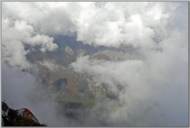 82.- En el picu La Llambría. Lo que la niebla deja ver desde la cumbre.