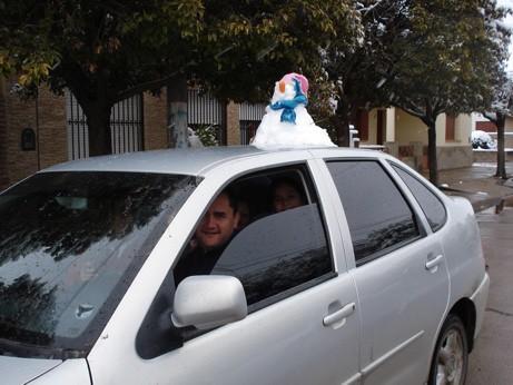 Los autos en Hernando con su muñeco de