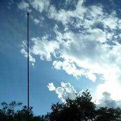 l'ultimo grande ventralista della storia (duineser) Tags: blue sky clouds nuvole blu cielo antenna nwn