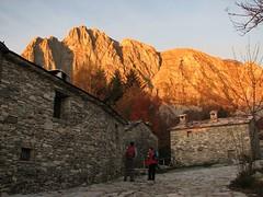 Roccandagia (Alpi Apuane) (Emanuele Lotti) Tags: italy alps 30 trekking italia alba tuscany toscana sole alpi montagna apuane 2010 ottobre apuan escursionismo campocatino roccandagia appenninosettentrionalealpinatura