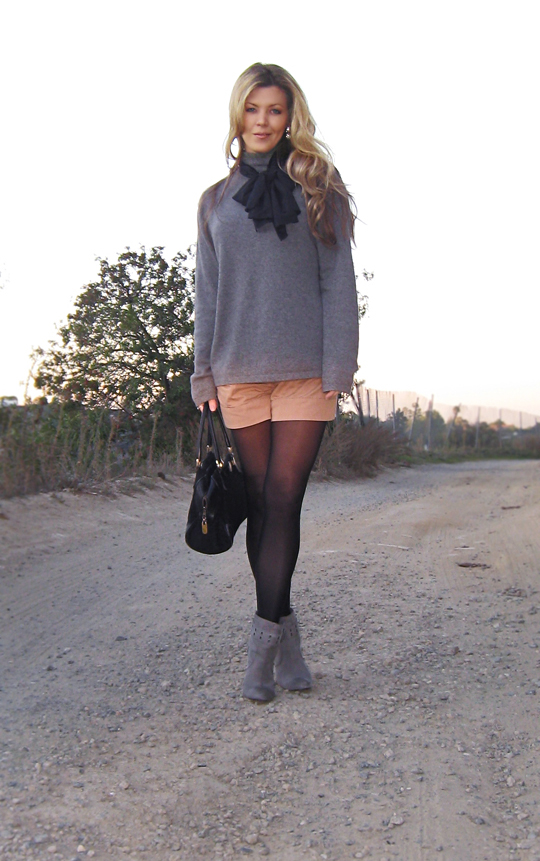 shorts and tights and a sweater and boots+shorts for work+dressed up shorts+vintage scarf and bag+rosegold gray ankle boots+blue
