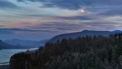 Moonrise Over Crown Point (David Gn Photography) Tags: trees sunset sky usa clouds oregon forest landscape twilight unitedstates dusk scenic fullmoon columbiariver moonrise pacificnorthwest northamerica gorge crownpoint viewpoint pnw vistahouse beaconrock wolfmoon