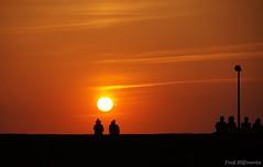 Auf dem Deich (Fooß) Tags: lampe menschen sonne nordsee deich scherenschnitt