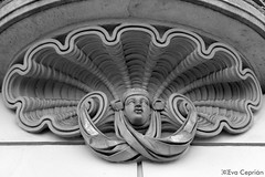 Bajo los balcones - Beneath the balconies (Eva Ceprián) Tags: barcelona blackandwhite sculpture building art blancoynegro architecture arquitectura arte edificio escultura neoclassicism monocromático aduana neoclasicismo duana nikond3100 tamron18270mmf3563diiivcpzd evaceprián conderoncalli