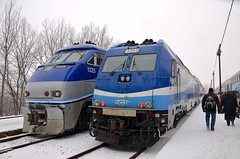 Boarding as the ice pellets fall (Michael Berry Railfan) Tags: train quebec montreal bombardier amt passengertrain emd gmd f59phi agencemtropolitainedetransport dualmodeengine lucienlallierstation alp45dp amt1325 amt1351
