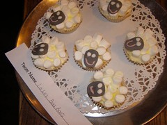 "cup-cake12 • <a style=""font-size:0.8em;"" href=""http://www.flickr.com/photos/140835590@N03/26045436405/"" target=""_blank"">View on Flickr</a>"