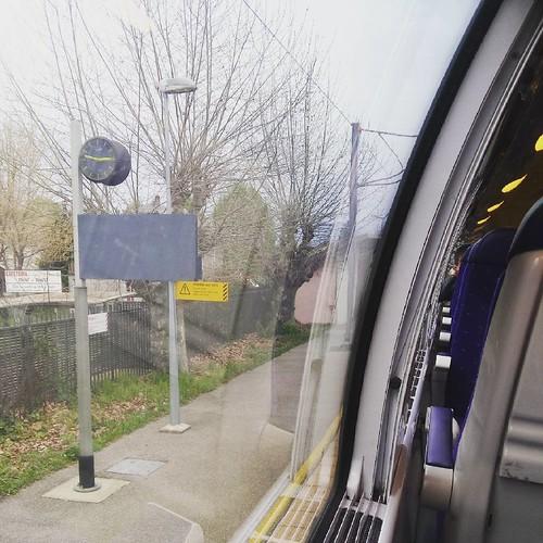 Et nous voilà à Pontcharra, fin du trajet pour moi :) retrouvailles chaleureuses avec ma sœur @blackpages quand je le retrouverais #isere #train #ter #trajetSNCF