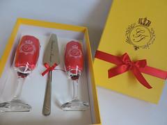 Kit com duas taas e esptula, com detalhes em amarelo, vermelho e dourado (contato@mondy.com.br) Tags: taas bolodecasamento brindedosnoivos kitscomesptula horadobrinde