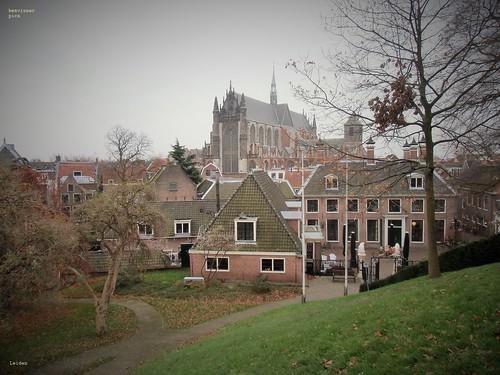 Zicht op de Hooglandse kerk vanaf de Burcht van Leiden