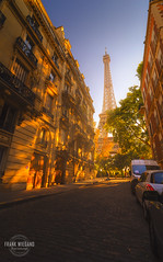 The last sunbeams over Paris (Frank Wiegand Photography) Tags: street city autumn sun paris france tree fall cars last canon photography frankreich fotografie tour herbst eiffel stadt autos rue eiffelturm baum beams sonnenstrahlen huser strase 550d