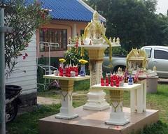 spirit houses and offerings (the foreign photographer - ) Tags: houses thailand strawberry spirit bangkok sony 63 soda soi offerings bangkhen rx100 phahoyolthin