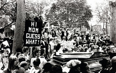 """""""Hi Mom, Guess What!"""" at the first gay pride rally in Philadelphia, in June of 1972 [947x602] #HistoryPorn #history #retro http://ift.tt/1TrTahR (Histolines) Tags: gay history philadelphia june rally first pride retro timeline 1972 vinatage historyporn histolines himomguesswhat 947x602 httpifttt1trtahr"""
