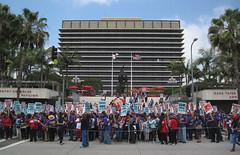 They Aren't Here to Sing (Robb Wilson) Tags: losangeles strike downtownla demonstrators freephotos strikingworkers strikingjanitors thedorothychandlerpavilion