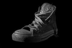 Shoe (::RodrixParedes::) Tags: blackandwhite bw argentina monochrome canon photo blackwhite buenosaires shoes foto ar monochrom allstars chucktaylor canonef50mmf14usm ciudadautnomadebuenosaires canonef24105mmf4lisusm canonef1635mmf28liiusm 160378 canoneos6d rodrigoparedes www160378com