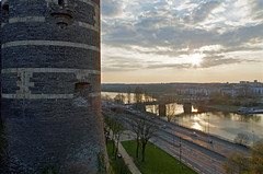 Angers (Maine-et-Loire) (sybarite48) Tags: bridge france tower rio ro river torre tour toren fiume rivire ponte most pont brug brcke fluss turm kpr  angers maineetloire  kule rivier nehir      rzeka  wiea      puante