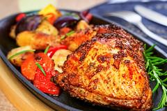 Hhnchenschenkel auf Rstgemse (Fire Eaters BBQ) Tags: food chicken vegetables essen huhn poultry gemse hhnchen nahrung lebensmittel geflgel backofen