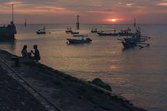 Une soire sur la plage de Jimbaran, Bali (monilague) Tags: ocean sunset bali mer beach indonesia evening soleil fisherman coucher bateaux soire plage personnes jimbaran pcheurs sailbats personns indonsire