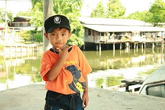 boy wearing a che cap (the foreign photographer - ) Tags: boy portraits canon thailand kiss bangkok young cap che khlong bangkhen thanon 400d