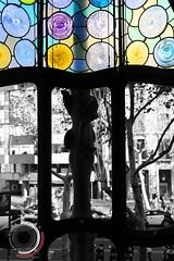 Colores de la Casa Batll (Juanma Romero) Tags: barcelona color colour me window colors radio cutout out ventana casa arquitectura europa cut interior centro modernism colores paseo gaudi romero fm juanma vidriera modernismo antoni passeig gracia modernisme batllo modernista batll locutor arquitecto euroclub pones desaturado policromada selectivo