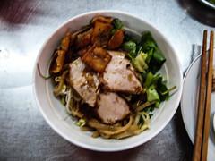 """Hoi An: un Cau Lac (du bouillon, des nouilles, des tranches de porc, du soja, des crackers, de la salade, de la menthe et du citron) <a style=""""margin-left:10px; font-size:0.8em;"""" href=""""http://www.flickr.com/photos/127723101@N04/24763120446/"""" target=""""_blank"""">@flickr</a>"""