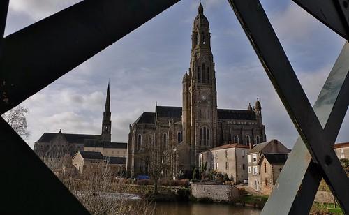 Basilique Saint Louis-Marie Grignion de Montfort et Chapelle de la Sagesse depuis le pont Gustave Eiffel, Saint Laurent sur Sevre